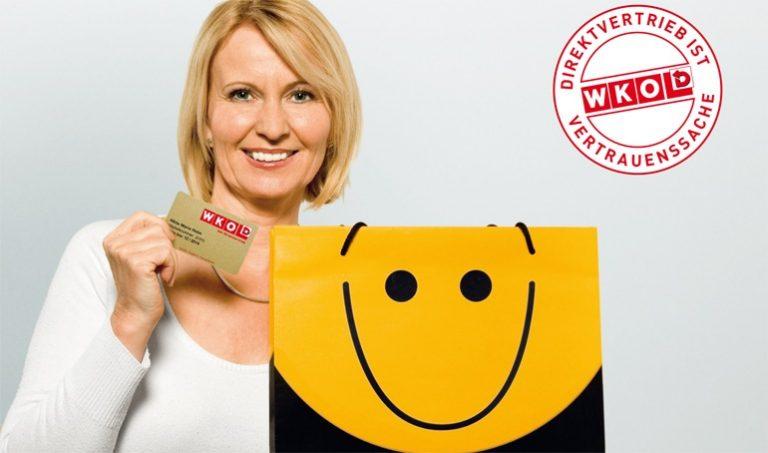 Freundliche Direktberaterin hält die Golden Card in ihrer rechten Hand. Die Golden Card ist für Konsumentinnen und Konsumenten ein Beweis für Seriosität und eine aufrechte Gewerbeberechtigung.